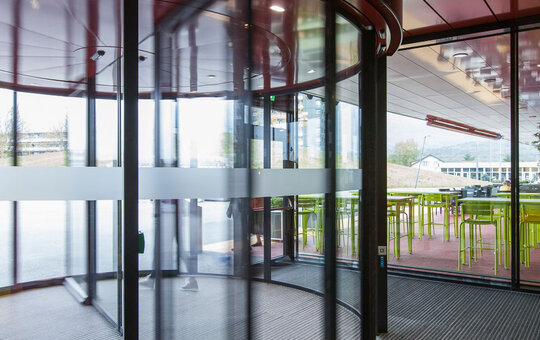 record K 21 – two-leaf revolving door with integrated automatic sliding door and two show-cases